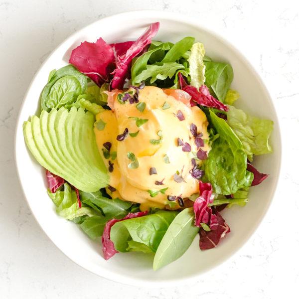 Яйцо Бенедикт с салатом и форелью