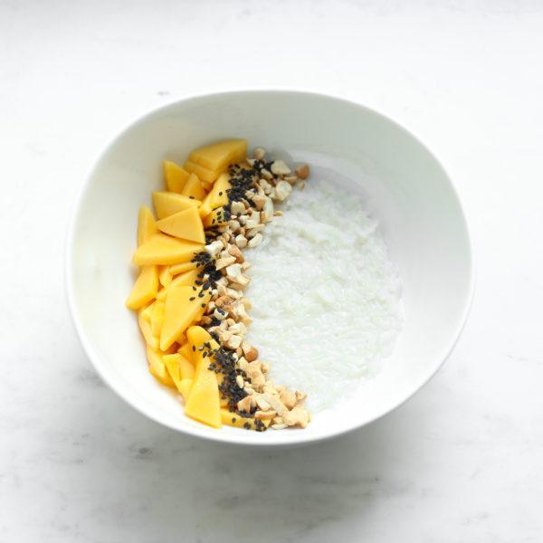 Рисовая каша с тайским манго, кешью и кунжутом