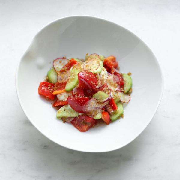 Салат со страчателлой, узбекскими томатами и огурцом